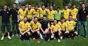 Die Sonne in Diepoldsau lachte am Sonntag auch für die U21-Mannschaft der Rheintal Gators mit den Trainern Michael Spirig (hinten links) und Kevin Studach (rechts). Die U21-Talente steigen in die dritthöchste Spielklasse der Schweiz auf. (Bild: Roland Jäger)