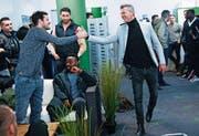 Unerwartetes Treffen zweier ehemaliger Schweizer Internationaler: Tranquillo Barnetta (links) und der neue Sportchef Alain Sutter. (Bild: Ralph Ribi)