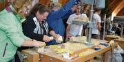 Besucherinnen und Besucher können selbst Hand anlegen und kommen so in direkten Kontakt zum Werkstoff Holz.