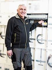 Seit 50 Jahren ist Bruno Hengartner als Elektriker bei der gleichen Firma tätig. Die Technik hat sich allerdings massiv verändert seit 1968. (Bild: Sabrina Stübi)