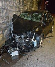 Das stark beschädigte Auto an der Tunnelwand. (Bild: Kapo AR)