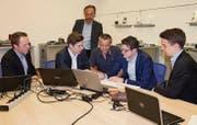 Sie erarbeiteten das Praxiskonzept «Managementkonzeption» für die Büchler, Reinli + Spitzli AG: Fabian Ritter, Nicolas Gortero, Luca Pieti und Johannes Grob (v. l.). CEO und Eigentümer Andreas Scherrer (3. v. l.) sowie Verwaltungsratspräsident Martin Grob (stehend) begleiten das Projekt. (Bild: Andrea Häusler)