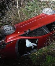 Eine 22-jährige Autofahrerin landete bei Bütschwil im Bachbett. (Bild: Kapo)