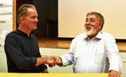 Josef Rütsche (rechts) bedankt sich bei Florian Schällibaum für die Vorstellung der Machbarkeitsstudie. (Bilder: Peter Jenni)