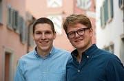 Eric Häusler und David Morant (rechts) haben eine kleine Weinhandlung für Junge eröffnet. (Bild: Luca Ghiselli)