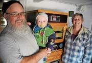 Das Brutmeister-Ehepaar Marlies und Köbi Grüninger freuen sich mit Enkel Dario über einen guten Schlupf der Küken. (Bilder: René Schelling)