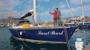 Das Paar auf ihrem Schiff nach geglückter Weltumrundung. Als Siegeszeichen hält Sandra Frank spasseshalber einen Säbel in die Luft. (Bilder: pd)
