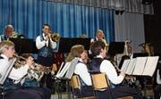 Konzentriert und taktgenau erfreuen die Musikanten der Musikgesellschaft Nesslau-Neu St. Johann ihr Publikum. (Bild: Stefan Füeg)