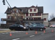 An den beiden Unfallfahrzeugen und dem Kandelaber entstand Sachschaden von 30'000 Franken. (Bild: KAPO SG)