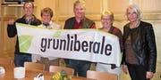 Der Vorstand der glp Rheintal zeigt Flagge, v. l.: Ivo Silvestri (Kassier), Alt-Nationalrätin Margrit Kessler (Beisitzerin), Benno B. A. Stadler (Präsident), Beatrice Schaefer (Beisitzerin), Sabine Greiser (Aktuarin). (Bild: pd)