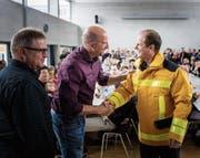 Martin Jöhl (Mitte) übergibt sein Amt als Ortskommandant Gossau an Patrick Huser (rechts). (Bild: Michel Canonica)