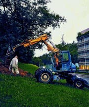 Ein Bagger reisst zur Sondierung des Baugrunds Schlitze in den Boden. (Bild: pd)