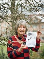 In ihrem Garten: Christina Dieterle mit einem Flyer für das Solidaritätszeichen (Bild: Hanspeter Schiess)