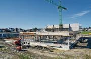 Auf der Baustelle in Niederwil läuft alles nach Plan. Im Frühjahr 2016 soll die Aston-Martin-Erlebniswelt mit einem Tag der offenen Türen seiner Bestimmung übergeben werden. (Bild: Zita Meienhofer)