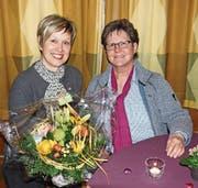 Barbara Kalberer, neue Präsidentin des Frauenchors Bütschwil (links), und Agnes Gübeli, abtretende Präsidentin. (Bild: PD)