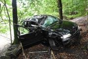 Das Auto wurde total zerstört, die beiden Insassen konnten es aber nur leicht verletzt verlassen. (Bild: Kapo SG)