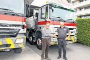 Urs Buschor (rechts) gratuliert seinem langjährigen Mitarbeiter Hanspeter Grütter zum Jubiläum. (Bild: mia)