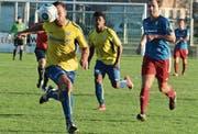 Mit dem Ball auf Augenhöhe: Au-Bernecks Liridon Maliqi stürmt aufs Tor und wird dabei von Rafael Godoi Pereira, dem anderen Torschützen, beobachtet. (Bild: Yves Solenthaler)