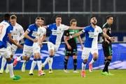 GCs Manus Dabbur jubelt mit seinem Team nach dem 1:0 für den Grasshopper Club Zürich am Super League Fussballspiel zwischen dem FC St.Gallen und den Zürcher Grasshoppers. (Bild: Keystone)