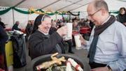 «Richtiges Bier muss schäumen», sagt Schwester Doris Engelhard und stösst nach dem Fassanstich mit Stadtpräsident Alex Brühwiler an. (Bild: Ralph Ribi)