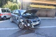 Das Auto der Unfallverursacherin prallte gegen zwei parkierte Fahrzeuge. (Bild: Kapo SG)