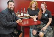 Kevin Brunner, Franziska Jud und Gero Slaats (v. l.) organisieren die ersten Highland Games für Kinder. (Bild: PD)