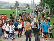 Wenn sich so viele junge und junggebliebene Leute auf dem Sportplatz tummeln, macht das Paul Güntensberger Freude und entschädigt ihn für seinen Aufwand. (Bilder: PD)