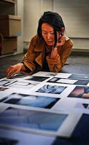 «Wie ein Gewebe, das sich ausbreitet», arrangiert Jiajia Zhang ihre Fotos. (Bild: Michel Canonica)