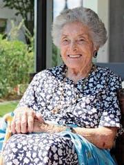 Den blauen Seidenschal bekam Agnes Parodi zu ihrem 100. Geburtstag vom Stadtpräsidenten von Cannes geschenkt. (Bild: Anina Gächter)