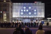 Die binäre Uhr von von Norbert Möslang (Projektname «Patterns») auf der Ankunftshalle ist seit gestern in Betrieb. (Bild: Urs Bucher)