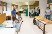 Schüler und Lehrer freuen sich gemeinsam mit dem Schulleiter über die geglückte Fertigstellung des Lernraums. (Bild: gk)