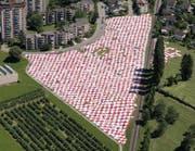 Riesiges Picknick vor hohen Häusern (Bild: Ralph Ribi)