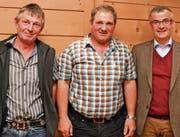 Präsident Franz Wick (Mitte) mit den geehrten Ruedi Fässler (links) und Stefan Bärlocher. (Bild: Peter Jenni)