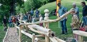 Die Kinder der Pfadigruppe «Wölfli» haben die ersten Kugeln für die Bahn auf den Köbelisberg getragen, um die «Chügelibahn» einzuweihen. (Bilder: Beatrice Bollhalder)