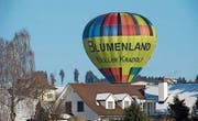 Der Ballon landet mitten im Wohnquartier. (Bild: Leserbild: Claudine Germann)