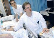 Christof Geigerseder (vorn) und der Assistenzarzt Markus Rütti bei einer Ultraschalluntersuchung. (Bild: mst.)