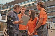 Die SFS-Lernenden Norice Zottele (von rechts), Anna Hutter und Henrik Gschwend fliegen im Juli nach Ohio. Ihre Erwartungen – und nach der Rückkehr die Erfahrungen – dokumentiert Alexander Bayer (links) in einem Video. Hier bespricht er mit ihnen die Dreharbeiten. (Bild: Monika von der Linden)