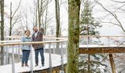 Alt Nationalrätin Lucrezia Meier-Schatz und Coop-Regionalrat Michael Fuhrer sind sich einig: Der 500 Meter lange Baumwipfelpfad und die Erlebnisstationen bereichern die Region Neckertal enorm. (Bilder: PD)