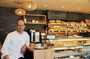 Joe Mock in seiner Bäckerei, die neu auch ein Café ist. (Bild: Lisa Inauen)