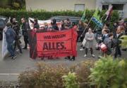 Ausgestattet mit Bannern und Fahnen, begleitet von Rap- und Punk-Musik, zogen die Demonstranten durch Mörschwil. (Bild: Benjamin Manser)