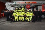 Die 15 Mitglieder der Jugendfeuerwehr präsentieren sich nach der Einkleidung mit berechtigtem Stolz vor dem Hubretter der Feuerwehr Kirchberg-Lütisburg. (Bild: Beat Lanzendorfer)