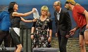 Die Erbschaft fliesst anders als erwartet; Luisa (Nelly Mannhart) präsentiert Isabelle Sommer (Brigitte Knecht), Tom Wagner (Jörg Nüesch) und Randy Hubacher (Enzo Crescenza) das Dokument. (Bild: Fritz Heinze)
