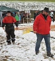 Arbeit mit Schneerechen: Pascal Scherrer und Hans Trummer (von links).