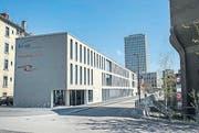 Das Schulgebäude KV Ost erhebt sich anstelle der alten Lagerhäuser. (Bild: Ralph Ribi (Ralph Ribi))