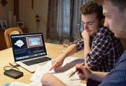 Severin (vorne) und Joachim Schönenberger arbeiteten oft lange im stillen Kämmerchen an ihrem Animationsfilm. (Bild: Timon Kobelt)