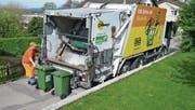 Zwei Container mit Bioabfall werden in einen Kehrichtwagen entleert. (Bild: PD)