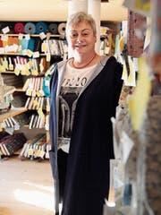 Ingrid Petzold in ihrem Stoffladen in Mühlrüti. (Bild: Martina Signer)