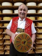 Elmar Stadelmann in Tracht mit seinem preisgekrönten Käse. (Bild: PD)