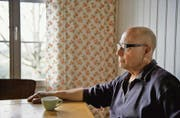 Nachdenken und Kaffee trinken: Filmemacher und Autor Peter Liechti im Atelierhaus Birli in Wald. (Bild: Benjamin Manser)