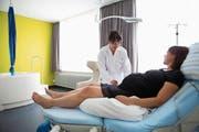 Tina Fischer, Leiterin der Geburtshilfe am Kantonsspital St. Gallen, berät eine hochschwangere Frau im Gebärzimmer. (Bild: PD)